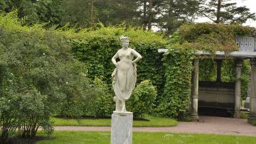 В Царском Селе с парковых скульптур сняли зимнюю упаковку