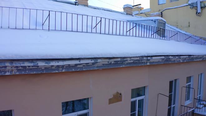 Администрация Выборгского района напомнила о необходимости очистки кровель от снега и сосулек