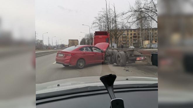 Легковушка влетела в припаркованный грузовик на проспекте Маршала Блюхера