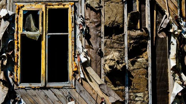 Кабмин ускорил расселение аварийного жилья в России