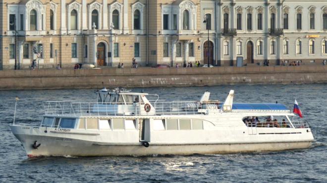 Теплоход врезался в набережную у Дворцового моста