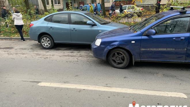 """В Купчино пьяный водитель """"Лачетти"""" разбил несколько машин"""