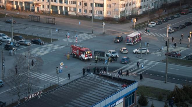 На одном перекрестке в Выборгском районе в ДТП попали пожарные и полицейские