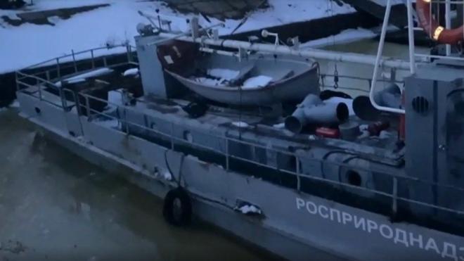 Катер Росприроднадзора спасали от подтопления на Крестовском острове