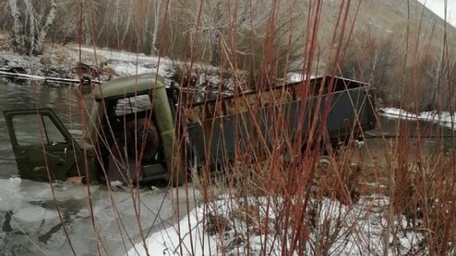 В Забайкалье спасатели вытащили из реки УАЗ с телом водителя