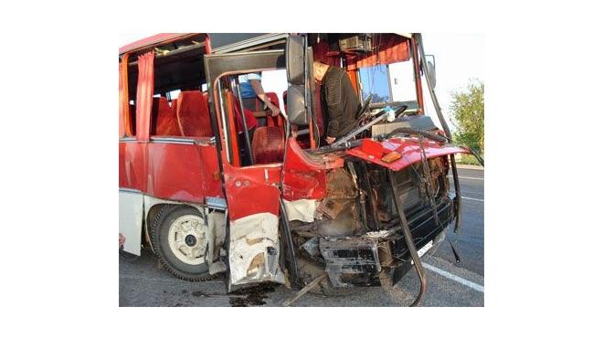 В Калужской обл. фура врезалась в автобус с рабочими: трое погибли, 30 ранены