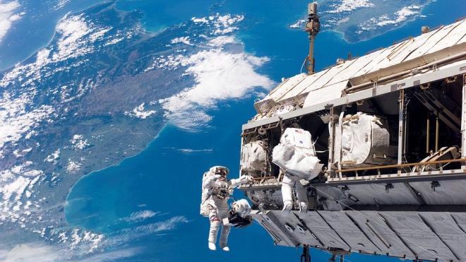 Выход российских космонавтов в открытый космос продлится около шести часов