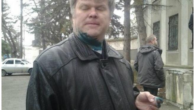 """Лидера """"Яблока"""" Сергея Митрохина облили зеленкой на выборах в Анапе"""