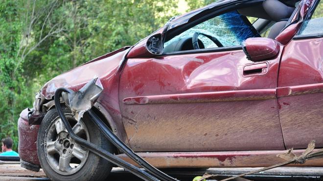 В Петербурге в результате аварии одна из машин врезалась в забор Лопухинского сада