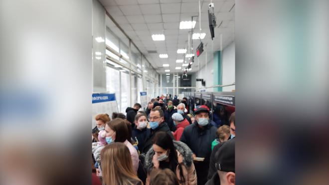 Жители Красногвардейского района выстроились в очередь в ОФМС для оформления загранпаспорта