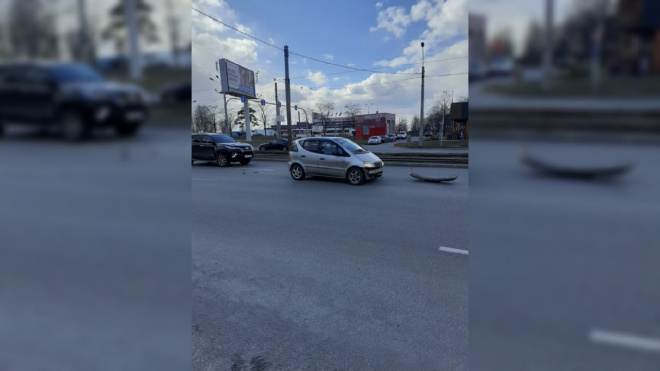 """""""Toyota"""" оторвала бампер """"Mercedes-Benz"""" на перекрестке Энгельса и Сикейроса"""