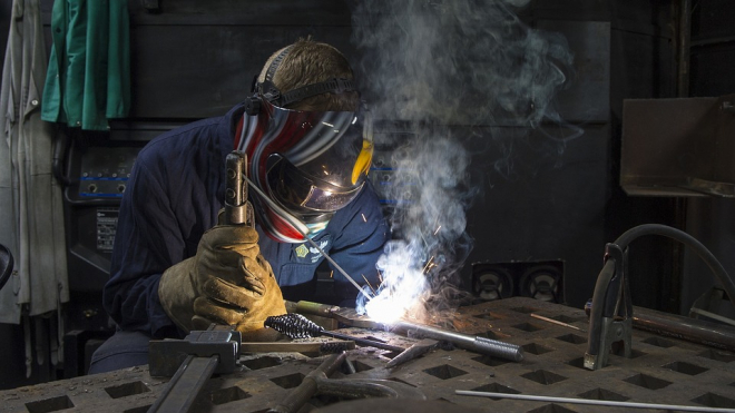 В Красногвардейском районе при выполнении работ сварщик обжег себе руки и лицо