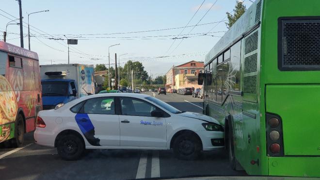 Автомобиль каршеринга врезался в автобус на улице Профессора Качалова
