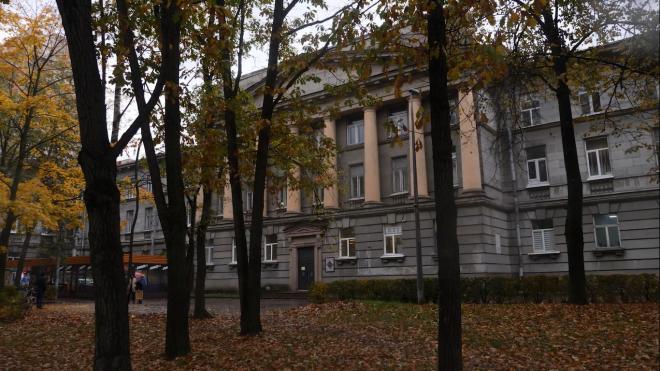 К зданию бывшего ВНИИ целлюлозно-бумажной промышленности подъехала спецтехника