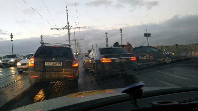 В Петербурге на Троицком мосту легковушка перегородила дорогу из-за ДТП