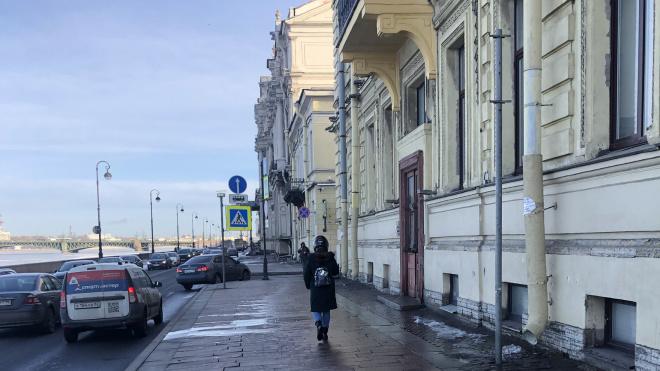Петербуржцы защищаются от сосуль при помощи шлемов