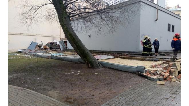 Фотофакт: в сквере Андрея Петрова обрушилась стена