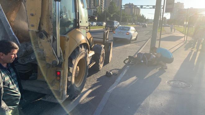 Фото: на Парашютной велосипедист столкнулся с трактором