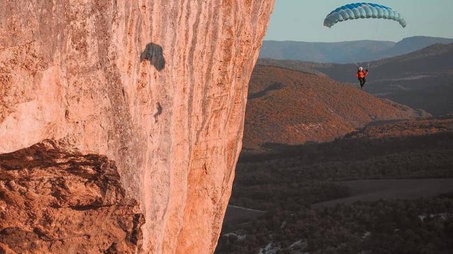 В Крыму парашютист зацепился за скалу и упал с высоты 80 метров