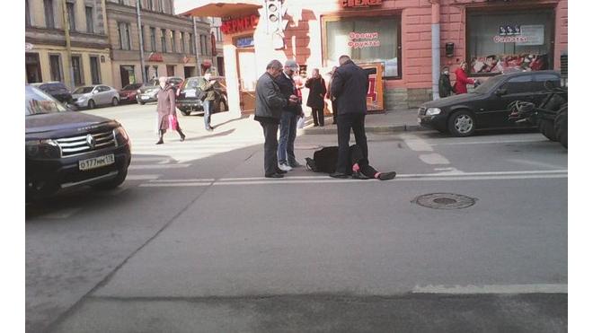 В центре Петербурга таксист на дорогой иномарке сбил женщину в розовых носках