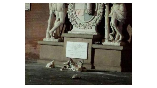 Туристы при попытке сделать селфи разбили старинную статую Геркулеса в Италии