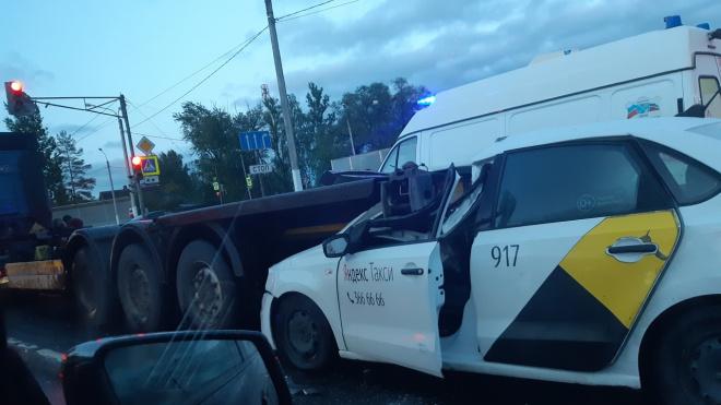 Таксист попал в страшную аварию грузовиком в Ленинградской области