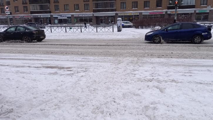 Утром в среду улицы Петербурга чистят более тысячи уборочных машин. Горожане недовольны