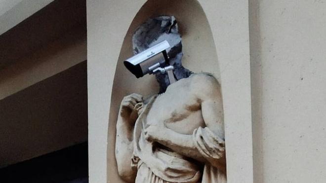На Большой Пушкарской у статуи вместо головы появилась видеокамера