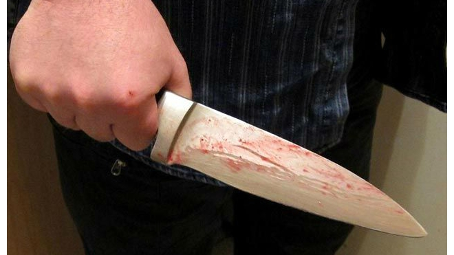 В Петрозаводске юноша набросился на родных с ножом