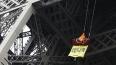 Активисты Greenpeace протестуют на Эйфелевой башне