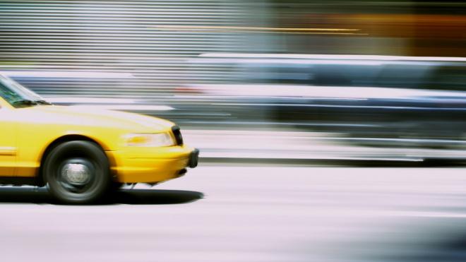 Поездка на такси обошлась петербуржцу в 550 тысяч рублей, телефон и кошелек
