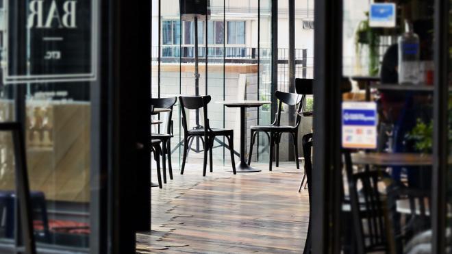 Барам и ресторанам в центре Петербурга вдвое снизят требования к площади зала