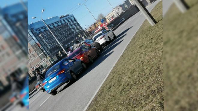 Несколько машин столкнулись на набережной Обводного канала