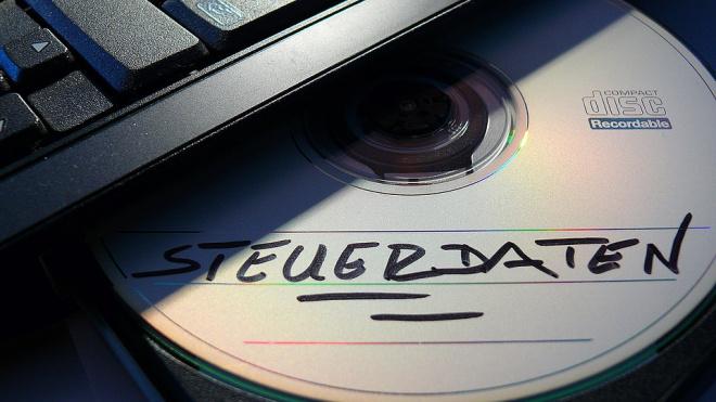 Жительница Луги предстанет перед судом за продажу поддельных DVD-дисков