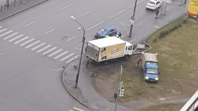 Фургон снес автобусную остановку на Дунайском проспекте