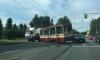 Грузовик врезался в трамвай и оторвал его от рельсов на Обуховской Обороны