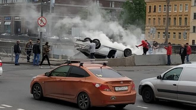 На Обводном канале перевернулся автомобиль