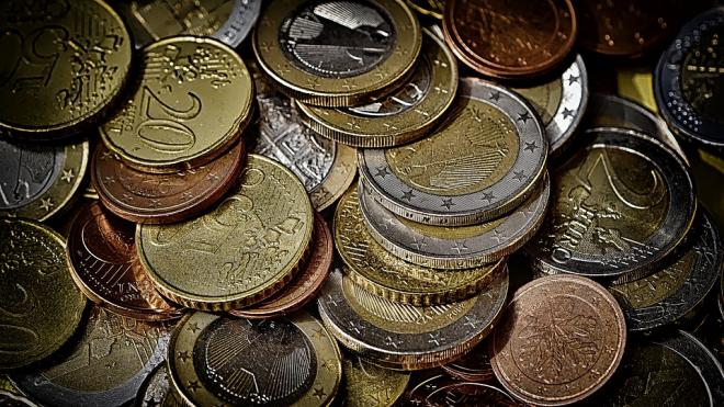 Курс евро опустился ниже 90 рублей впервые с 6 апреля