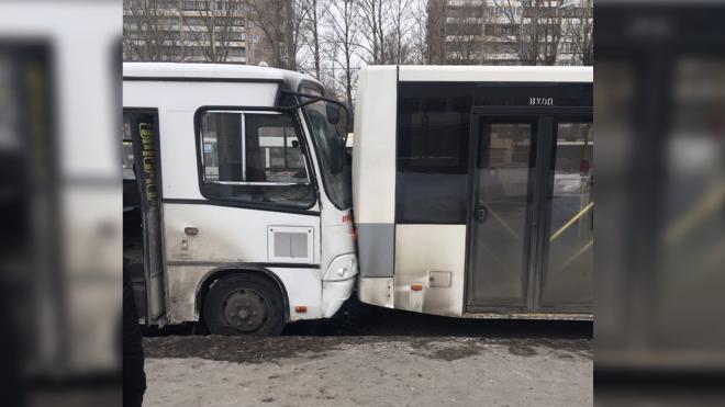 В Красногвардейском районе пятеро пассажиров маршрутки пострадали из-за столкновения с автобусом