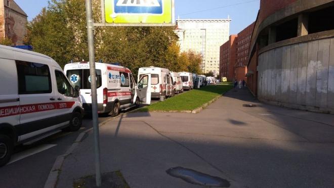 В Петербурге вновь выстроилась очередь из машин скорой помощи