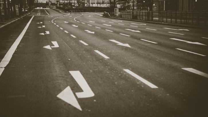 На восстановление дорожной разметки на улично-дорожной сети в 6 районах Петербурга выделено 300 млн. рублей