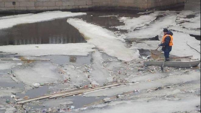 Крюков канал очистили от мусора спустя сутки после жалоб