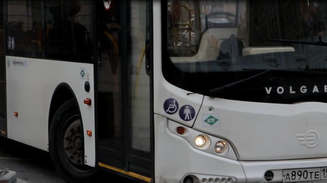 На проспекте Королева задымился автобус. На борьбу вышел водитель с огнетушителем