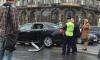 На Невском девушку-пешехода придавило дорожным знаком после столкновения автобуса и иномарки