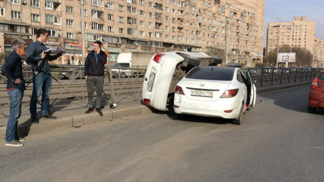 Hyundai опрокинул Volkswagen на проспекте Просвещения