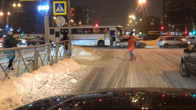 На Просвещения рейсовый автобус протаранил легковушку