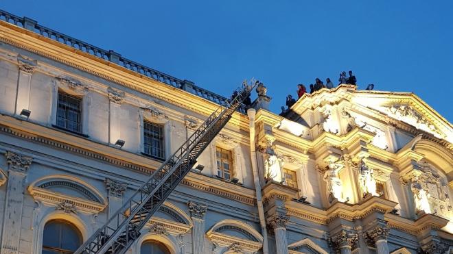 Школьников в 5 утра снимали с крыши на Дворцовой набережной