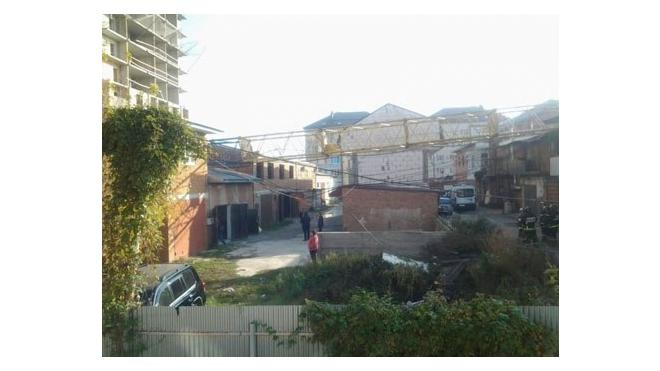Самонадеянные рабочие завалили башенный кран на гаражи в Краснодаре