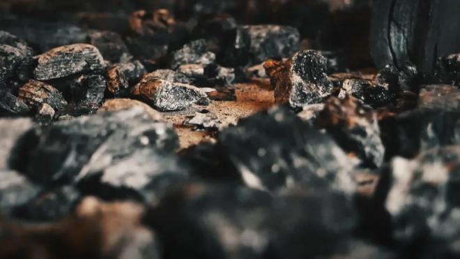 Пожарные тушат здание деревообрабатывающего предприятия в Курортном районе