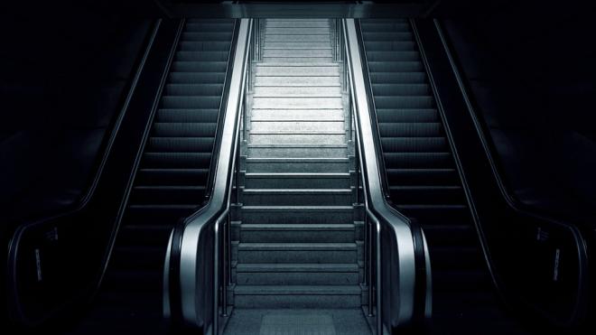 """В """"юбилейном"""" поезде метро снова заклинило двери: пассажиров высадили на """"Выборгская"""""""